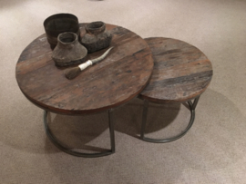 Set van 2 vergrijsd houten metalen tafels tafeltjes tafel tafeltje rond 70 cm ronde bijzettafel salontafel bijzettafeltje railway hout landelijk industrieel vintage hout metaal