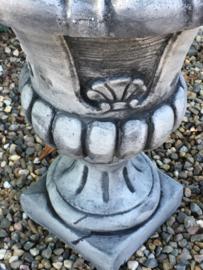 Massief betonnen tuinvaas pot vaas grijs grijze bak landelijk stoer bloempot grijs bloemvaas bloembak beton massief