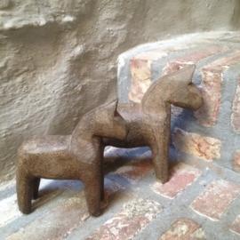 Stenen paardje paard horse steen bruin landelijk steen hardsteen