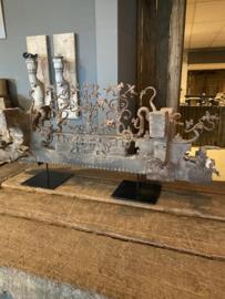 Prachtig staand antiek Siciliaans sleets vergrijsd wagenbok op standaard voet raampaneel raamdecoratie ornament landelijk stoer sober grijs oud