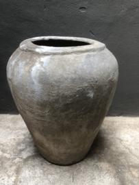 Oude grote stenen kruik olijfkruik pot vaas landelijk robuust grijs sober