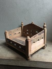 Oud houten tempel hondenmand poezenmand bak schaal offerplank landelijk Oosters vintage