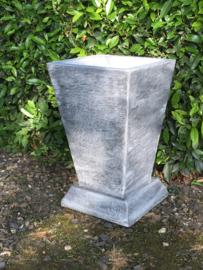 Strakke betonnen vaas tuinvaas klein bloembak bloempot beton grijs landelijk strak modern eenvoudige rechte bak