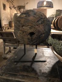 Groot stoer oud vergrijsd houten wiel katrol rond op voet landelijk industrieel