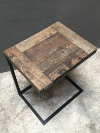 Stoere zwart metalen tafel met houten blad tafeltje serveertafeltje banktafeltje truckwood lifestyle banktafeltje plantentafeltje serveertafeltje dienblad voor bij de bank bijzettafeltje tafeltje zwart bruin rond landelijk industrieel landelijk