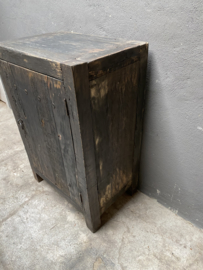 Oud stoer houten kast kastje kast dressoir landelijk grijs zwart oud beslag ringen industrieel wastafelmeubel