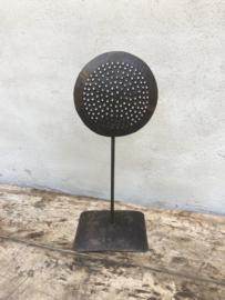 Zwart metalen ornament zeef kandelaar op pin standaard zwart bruin voetje industrieel landelijk vintage