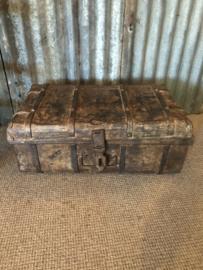 Oude metalen ijzeren koffer suitecase industrieel landelijk kist vintage retro