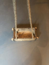 Hele stoere oude houten hang plank bak rek kruidenrek baksteenmal aan koord