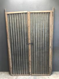 Grote oude set unieke dubbele deuren poort deur poorten golfplaat metaal hout landelijk stoer industrieel