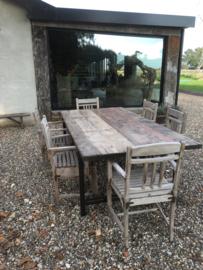 Oude vergrijsd houten stoeltjes stoel stoeltje fauteuil eetkamerstoelen tuinstoelen landelijk sober vintage