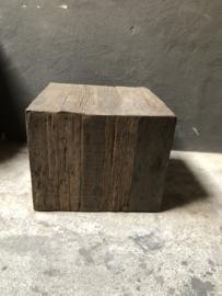 Vergrijsd houten kubus salontafel bijzettafel tafel tafeltje zuil sokkel kolom landelijk truckwood grijs grove nerf 50 x 50 x H40 cm