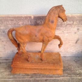 Gietijzeren paard op voet landelijk gietijzer roest brocant paardje
