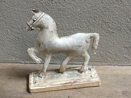 Metalen paardje op houten plank plankje paard pony horse landelijk Brocant