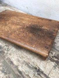 Oud houten plank bajot dienblad snijplank hakblok op pootjes snijplank offerplankje offertafel  opstap opstapje vensterbank offertafeltje offerplank laptop computertafeltje landelijk
