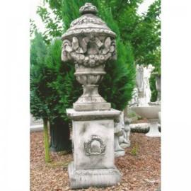Grote grijze betonnen tuinvaas massief beton vaas urn met deksel pot bak tuinornament landelijk stoer rozentuin ram ramskop