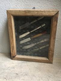 Oud houten vitrinekastje wandkastje kastje met oude messen erin Brocant landelijk vintage retro