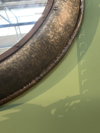 Grote oude ronde metalen spiegel 90 cm grijs bruin