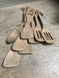 Vergrijsd houten keukengerei pollepel spaan spatel lepel schep landelijk aan grof jute touw