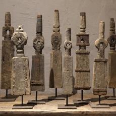Oude houten spoel op statief met metalen beslag assorti landelijk industrieel ornament decoratie vergrijsd