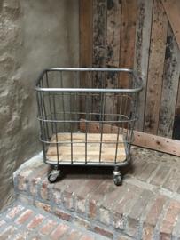 Industriële metalen trolley mand bak wasmand op wielen wieltjes landelijk stoer grijs metaal hout vintage degelijke  kwaliteit