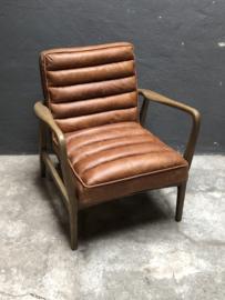 Prachtige vintage houten stoel fauteuil met dik stevig leren zitting vintage landelijk stoer modern industrieel bruin cognac