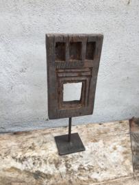 Oud houten tempellijstje op pin standaard ornament hout landelijk industrieel