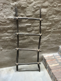 Oud vergrijsd houten ladder laddertje trap trapje met grof jute touw landelijk brocant stoer handdoekenrek decoratie hout