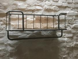 Zwaar metalen met houten wandrek 1 legplank en stang handdoekenrek bakkerswandrek schap kapstok landelijk industrieel