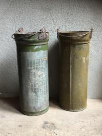 Oude metalen paraplubak army zink ijzer huls koker industrieel emmer emmertje bak hoog smal landelijk vintage stoer