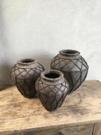 Stoere grijze pot kruik met touw papier mache klein smal landelijk grijs antraciet mat zwart