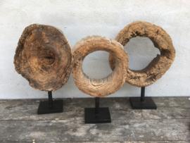 Groot oud vergrijsd doorleefd houten ornament ring wiel rad op voet ornament wiel op statief standaard eye-catcher raamdecoratie landelijk stoer grijs