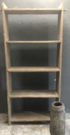 Stoere oude beetje vergrijsd doorleefd houten elmwood kast schap rek boekenkast keukenkast landelijk stoer robuust legplanken