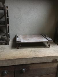 Oud rechthoekig doorleefd vergrijsd houten sloophouten bed tafeltje ontbijt op bed dienblad opstapje opstap plank op metalen voetjes roest schaal met smeedijzeren metalen handvaten landelijk stoer robuust vintage industrieel