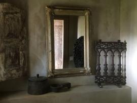 Oud gietijzeren heel hekje ornament op voet landelijk industrieel vintage zwart bruin paneel