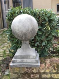 Massief betonnen bol bal op voet tuinornament beton grijs sokkel kegel grijze