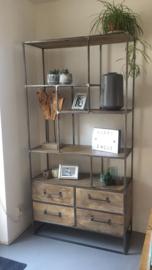 Stoere hoge brede metalen kast met 4 lades verspringende vakken industrieel oude houten kast landelijk robuust boekenkast schap rek grof stoer hout
