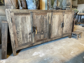Stoer oud vergrijsd houten dressoir kast tv audio meubel luiken luikjes keukenkast televisiekast kast sidetable landelijk vergrijsd oud massief Bassano