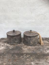 Ronde vergrijsd houten pot trommel met deksel en kwast grijs jute touw kwastje potje bak landelijk sober
