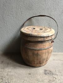 Oude houten boeren emmer met deksel en oud beslag en hengsel landelijk stoer industrieel boerderij hout vat