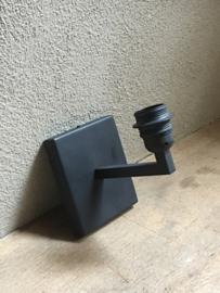 Grijze vierkante rechthoekige metalen wandlamp hang of staand frezoli wandlampen Tierlantijn limena grijs lood loodkleur strak sober stoer landelijk industrieel