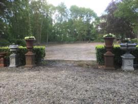 Mega grote gietijzeren tuinvaas op sokkel gietijzer roest landelijk