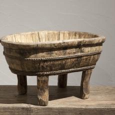 Oude houten olijfbak schaal trog bak voedertrog landelijk stoer robuust met oud beslag