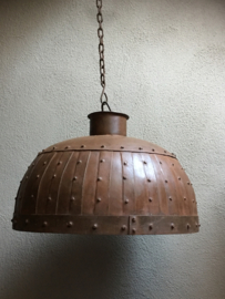 Stoere metalen hanglamp losse kap bruin metaal stoer robuust industrieel ketel studs oud beslag landelijk fabriekslamp