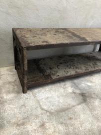 Oud metalen tafel wandtafel salontafel bank metaal recycled tvmeubel tv dressoir sidetable grijs bruin landelijk stoer industrieel