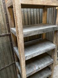 Stoere hoge oude houten kast legplanken met ijzer bekleed landelijk industrieel vintage robuust boekenkast schap rek grof stoer hout