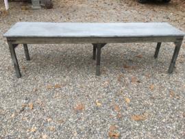 Stoere oude houten tafel bureau buro eettafel sidetable werktafel werkbank kookeiland zinken blad industrieel landelijk stoer grijs grijsbruin metaal hout