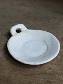 Rond wit (soms met lichtgrijze/beige nerf/aders) stenen schaaltje met handvat zeepbakje hardsteen landelijk stoer sober grijs beige marmer ruw