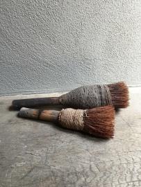 Oude houten kwast stoffer met stoffen details stoer landelijk