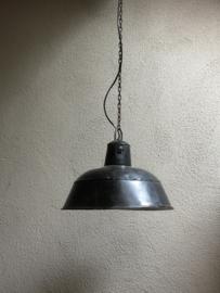 Industriële vintage retro oude hanglamp industrieel fabriekslamp zwarte zwart wit witte  lampekap met wit metaal